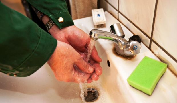 Washing hands on his way in and later out of the stable is an important method for protecting against MRSA in Denmark. But it hasn't stopped the spread of the superbug.
